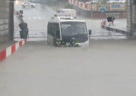 Ploile au produs inundații în mai multe zone din țară: Un autobuz și patru mașini au fost surprinse de viituri (Foto&Video)