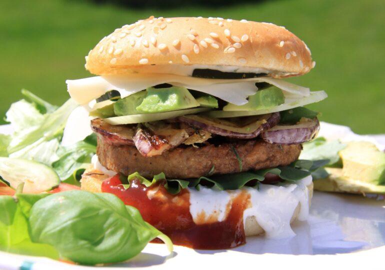 Parlamentul European a decis că produsele vegetale pot fi numite burger sau cârnați
