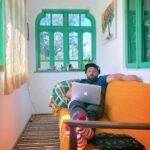 Cum e, ca freelancer, să lucrezi de pe prispă într-un sat din România – Interviu