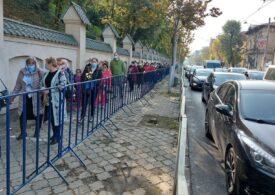Mii de oameni au venit și azi să se închine la moaștele Sfântului Dimitrie cel nou. Distanțarea nu e respectată de toți pelerinii