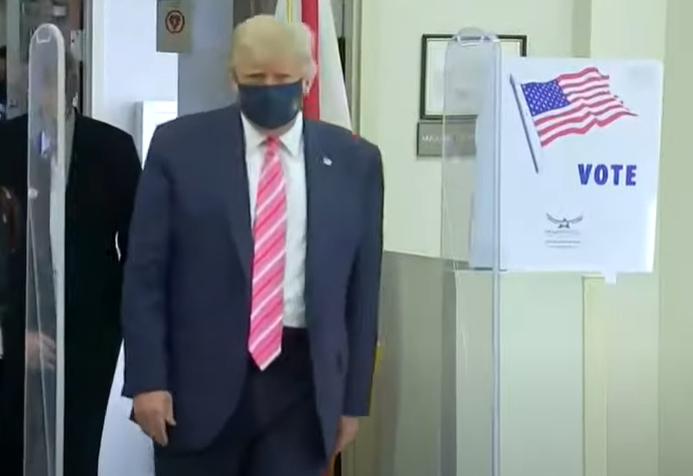Trump a votat anticipat, cu 10 zile înainte de alegeri. În secție și-a dat masca jos ca să facă declarații (Video)
