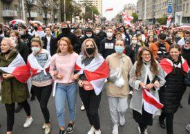 Peste 100.000 de belaruși au ieșit din nou în stradă la Minsk. Scutierii au făcut arestări și au pus pe ei tunul cu apă