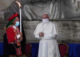 """Papa Francisc apără parteneriatul civil între persoanele de același sex: """"Ei sunt copiii lui Dumnezeu şi au dreptul la o familie"""""""