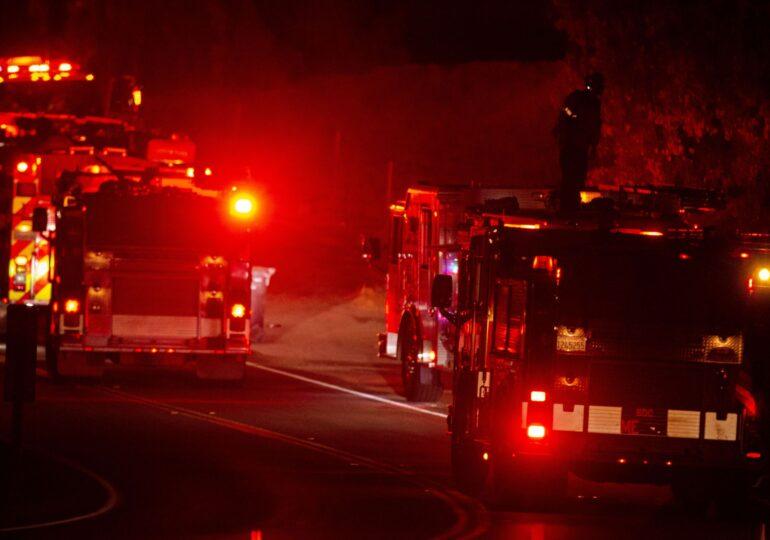 Incendii puternice de vegetaţie în California. Doi pompieri au fost grav răniţi, drumurile sunt blocate de flăcări şi 90.000 de persoane au fost evacuate (Foto&Video)