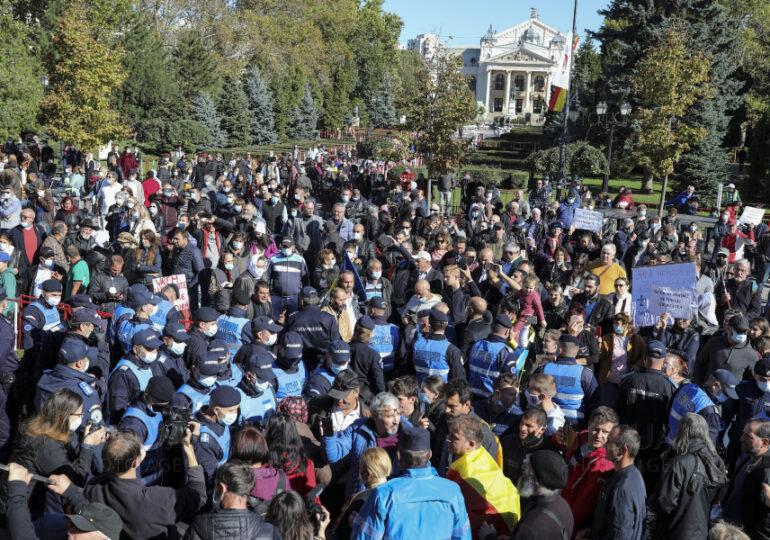 Scandalul de la Catedrala din Iaşi ia amploare: Pelerinilor din afara localităţii li s-a interzis din nou accesul la raclă. 25.000 de credincioşi s-au închinat până acum