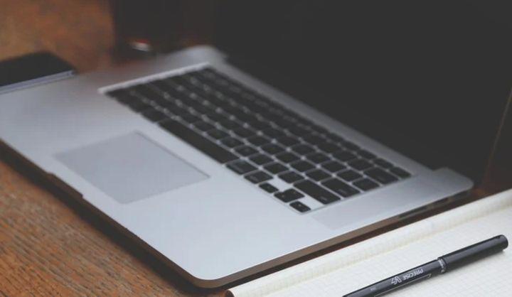 Decizie ICCJ: Deschiderea unui cont pe o reţea de socializare folosind abuziv numele şi datele altei persoane e infracţiune