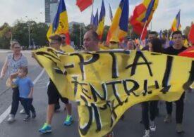 Sute de oameni au mărşăluit în București. Restabilirea dreptului la protest, printre revendicări (Video)