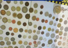 Doi bărbaţi din Anina au fost reţinuţi după ce au furat o colecţie de monede vechi de la un numismat