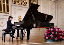 Un băiețel de doar șase ani uimește o lume întreagă prin talentul său la pian (Video)
