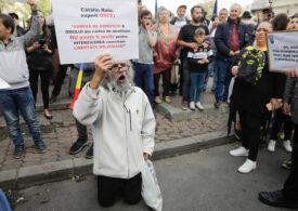 Nou protest faţă de purtarea măştii de protecţie, în Piaţa Universităţii / Orban: Mai bine porţi mască din asta decât să ajungi să ai nevoie de mască de oxigen