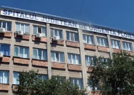Rudele unui pacient au făcut scandal în faţa Spitalului Judeţean Ploieşti: Un tânăr a aruncat cu o piatră într-o ambulanță