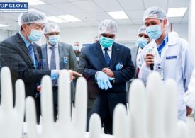 Cel mai mare producător de mănuși de cauciuc avertizează că vor apărea întârzieri în livrări, după ce 2.000 de muncitori s-au infectat cu coronavirus