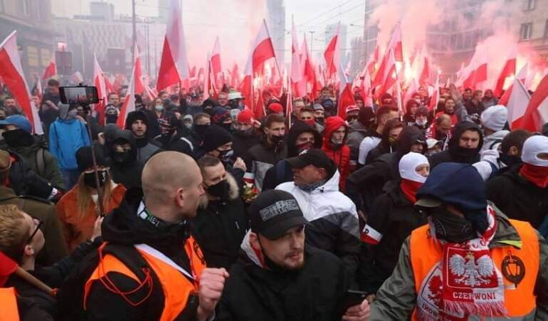 Violenţe grave în centrul Varşoviei, la un marș al extremiștilor de dreapta. Incidentele ar fi girate chiar de poliție și guvern, acuză autoritățile locale