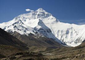 Plasticul a cucerit și Everestul: Cum am ajuns să poluăm și cel mai înalt munte din lume