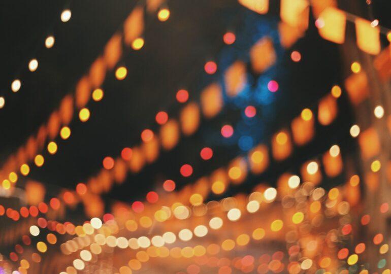 """Cum arată petrecerile din Vrancea în timpul pandemiei. Localităţi sărace """"sparg"""" sume considerabile pe luminiţe de Crăciun și comete decorative"""