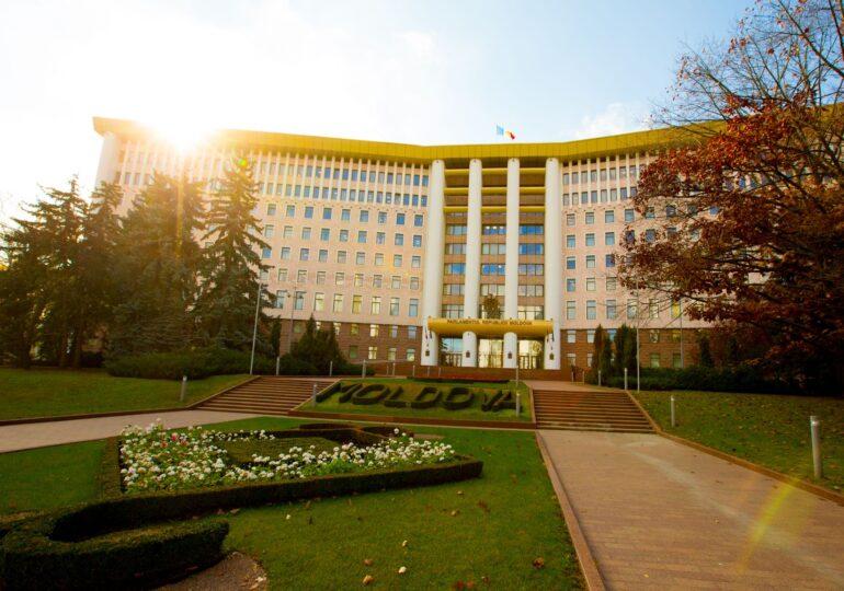 Limba rusă devine, la fel ca română, limbă de comunicare oficială în Republica Moldova
