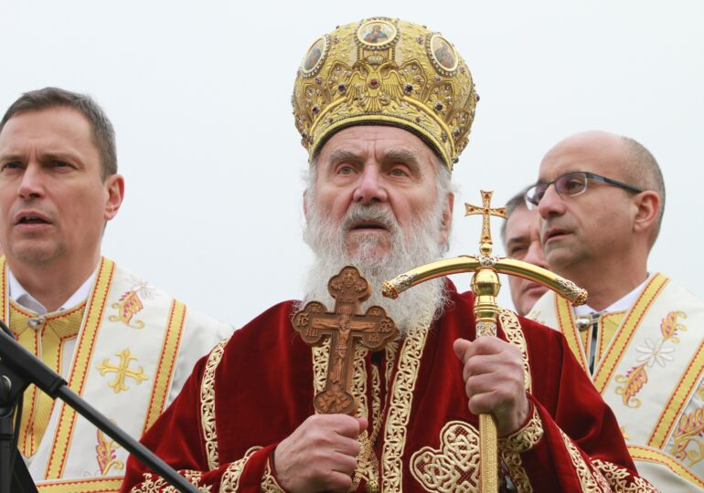 Mii de credincioşi, unii fără mască, au venit la catafalcul patriarhului Serbiei, decedat de Covid. Au sărutat sicriul, ignorând pandemia