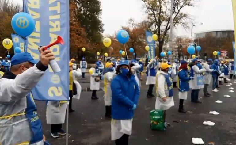 Un nou protest al cadrelor medicale la poarta Guvernului: Suntem ca pe front, numărul oștenilor se împuținează (Video)