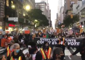 Suporteri ai lui Trump au ieşit înarmaţi pe stradă. Proteste după alegeri în mai multe state americane, pe măsură ce se pare că Biden va deveni preşedinte