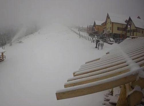Iarna s-a instalat deja în țară: Strat de zăpadă de câțiva cm în mai multe zone. Drumarii intervin pentru deszăpezire (Foto&Video)