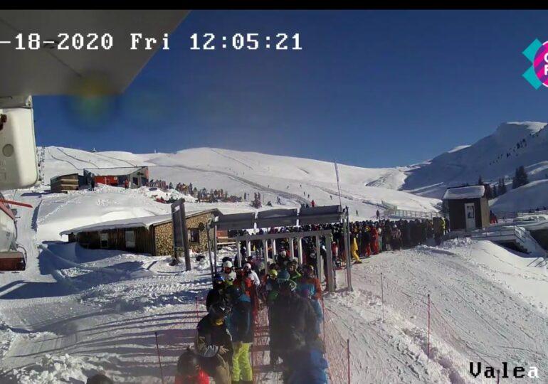 Aglomeraţie la telescaun în Sinaia, în ciuda restricțiilor, la deschiderea sezonului de schi