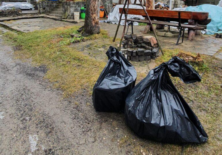 Unui bărbat din Predeal i-a fost returnat acasă gunoiul aruncat pe marginea drumului. Susține că i-au fost furate deșeurile (Galerie foto)
