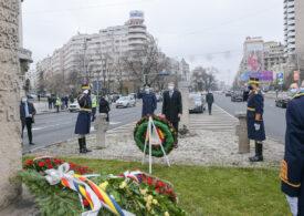 Iohannis, întâmpinat de un protestatar când a depus o coroană de flori în memoria victimelor Revoluţiei: Rușine!