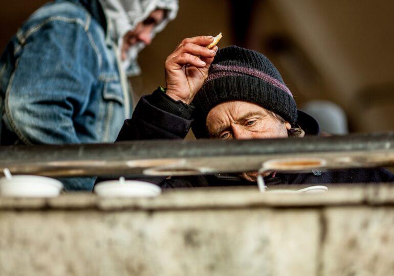 Sunt printre cei mai expuși la Covid. Unde trăiesc oamenii fără adăpost în timpul pandemiei