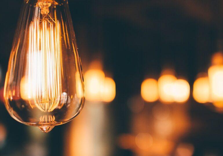 Preț corect la energia electrică. De la 1 ianuarie, furnizorul face prețul curentului. Cum să nu plătim mai mult decât face