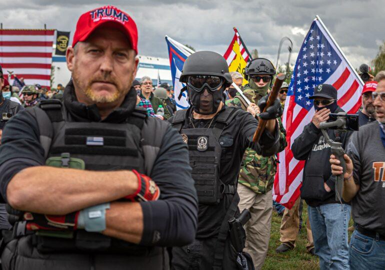 Partizanii lui Trump au ieșit în stradă la Washington și clamează victoria în alegeri. Ciocniri între Proud Boys și Antifa