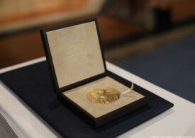 Laureații Nobel și-au primit premiile acasă, în timp ce le cânta o orchestră distanțată social (Video)