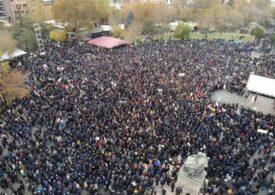 """Mii de manifestanţi protestează împotriva guvernului în Armenia: """"Nikol, pleacă!"""""""