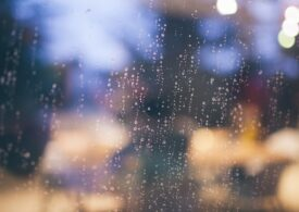 Meteo: Se mai încălzește puțin, dar încă nu scăpăm de ploi