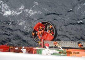 O navă comandată de un român a salvat zece naufragiaţi: Ambarcaţiunea lor fusese lovită de un ciclon (Foto)