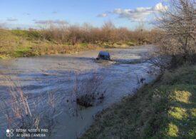 Inundaţiile fac prăpăd în ţară: Un bărbat a fost luat de viitură cu mașina, altul cu tractorul. Zeci de case și drumuri inundate (Galerie foto&Video)