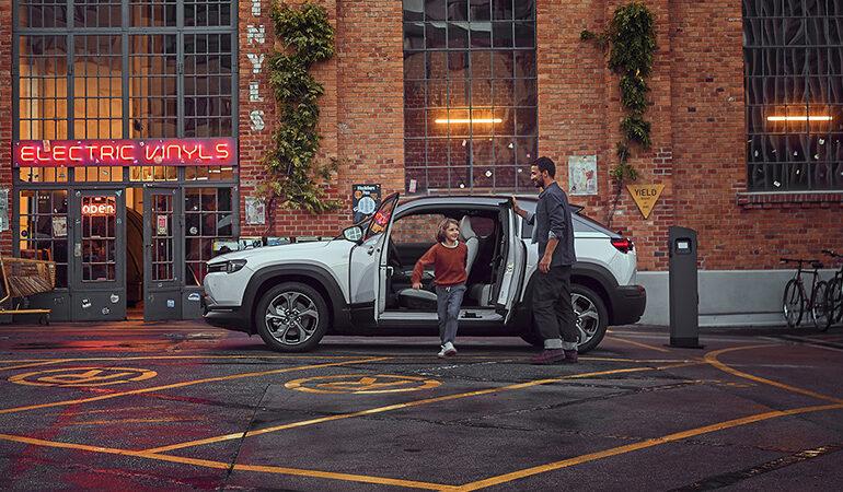 Mazda MX-30, un crossover urban pe care n-ai cum să nu-l iei cu dotări premium (Video Review Auto)