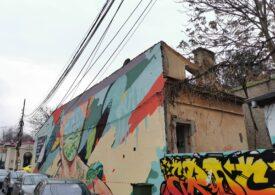"""""""Casa cu Graffiti"""", devenită simbol al evenimentului anual Street Delivery din Bucureşti, a început să fie demolată"""