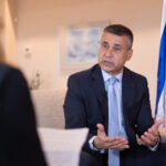 """Despre noua paradigmă de pace din Orientul Mijlociu, impasul în negocierile israelo-palestiniene şi ce lasă Trump în urmă – <span style=""""color:#ff0000;font-size:100%;"""">Interviu video</span> cu ambasadorul Israelului"""