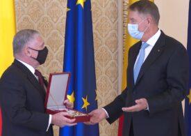 Președintele Iohannis l-a decorat pe Ambasadorul SUA la plecarea din România (Video)