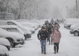 Vin zăpezile! Ninge în jumătate de țară, până marţi dimineaţa