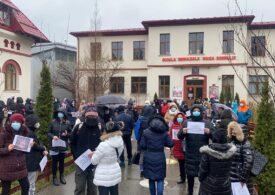 Părinţii protestează în ploaie faţă de schimbarea unui director de şcoală din Bucureşti - UPDATE