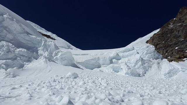 Atenție, turiști! Risc mare de avalanşă în Munţii Făgăraş, Şureanu şi Parâng