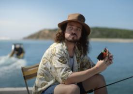 O reclamă în care un bărbat mănâncă un sandviş cu liliac, cu aluzie la COVID, stârnește controverse în Australia