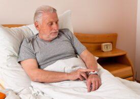 Ești bătrân, bolnav cronic și nedeplasabil? NU te poți vaccina, deși faci parte din Grupa a doua de risc