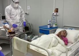 O pacientă internată cu Covid-19 a fost sărbătorită cu tort de medici când a împlinit 94 de ani (Video)
