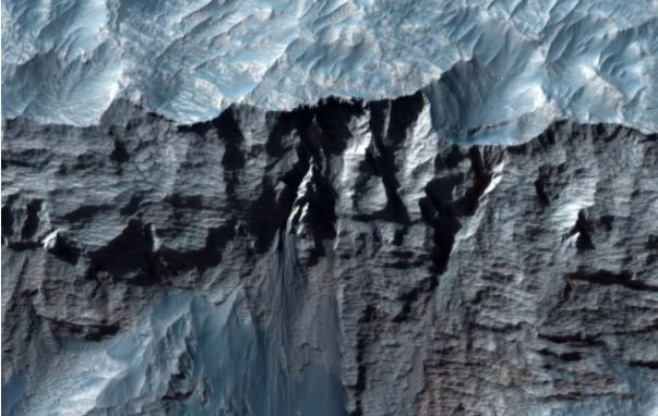 NASA a publicat noi imagini cu cel mai mare canion din Sistemul Solar