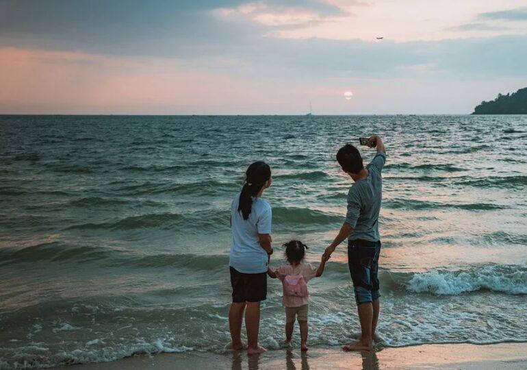 Ce se întâmplă dacă un adult vaccinat pleacă în vacanţă cu un copil, pentru care nu există vaccin? Răspuns oficial: Copilul stă în carantină la întoarcere!