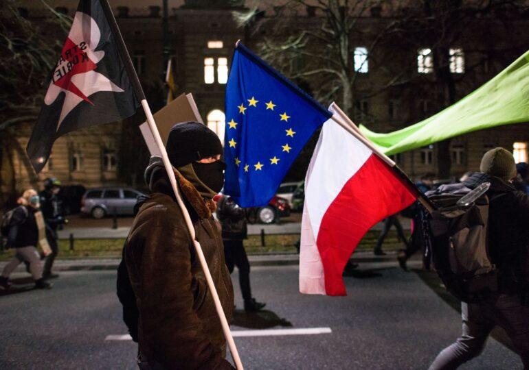 CE accelerează procedura de infringement contra Poloniei, din cauza implicării politicului în justiție