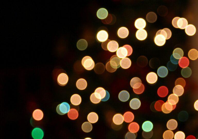 2,7 milioane de euro au dat primăriile mici pe luminițe de Crăciun. Contractele s-au dus prin încredințare directă la firme abia înființate