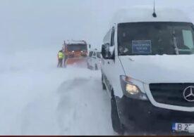Poliția și drumarii escortează o coloană de 128 de mașini și 30 de TIR-uri scoase din zăpezi în Constanța